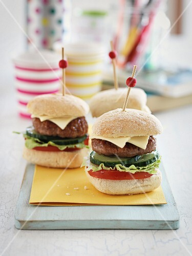 Mini burgers with cucumber and tomatoes