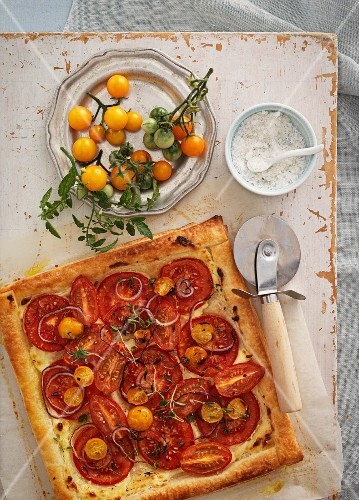 Tomato tart with red onions