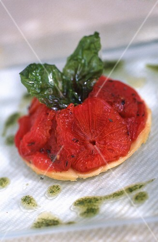Tartlet with tomato confit with fried basil