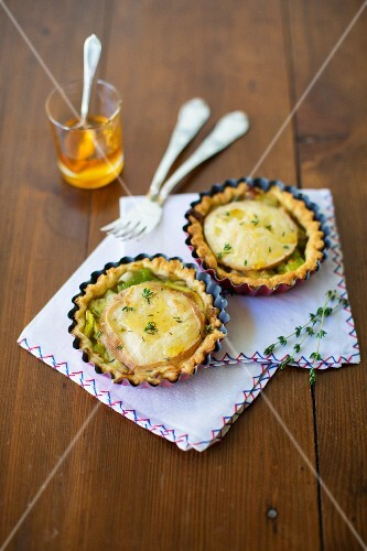 Goat's cheese puff pastry tarts with honey, leek and thyme