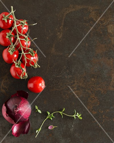 Cherry tomatoes, a red onion and thyme