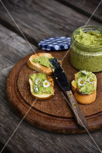 Grilled bread with wild garlic butter and daisies