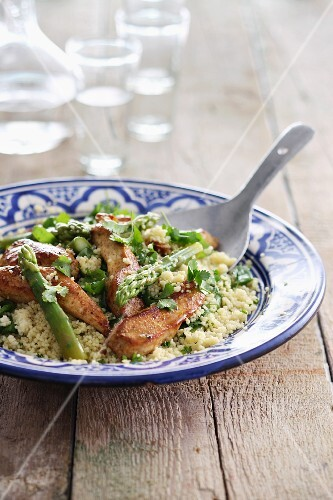 Couscous with chicken breast strips and green asparagus