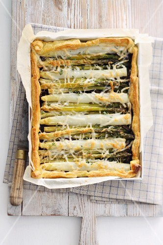 Green and white asparagus tart