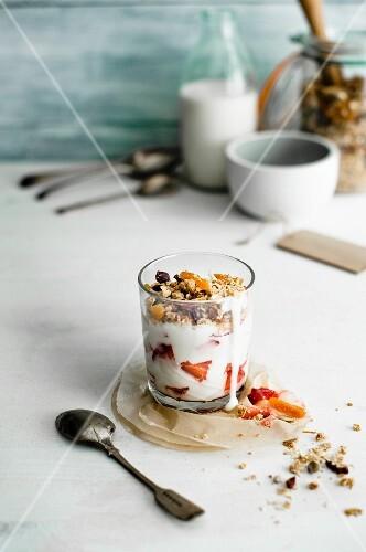 Joghurt muesli with strawberries