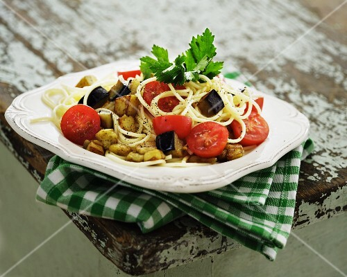 Spaghetti with tomatoes, aubergines and potatoes