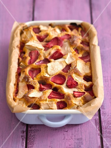 Yeast cake with apples and strawberries