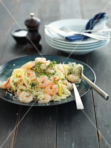 Spaghetti with prawns, dill and chilli