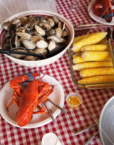 Lobster, clams and corn on the cob (New England, USA)