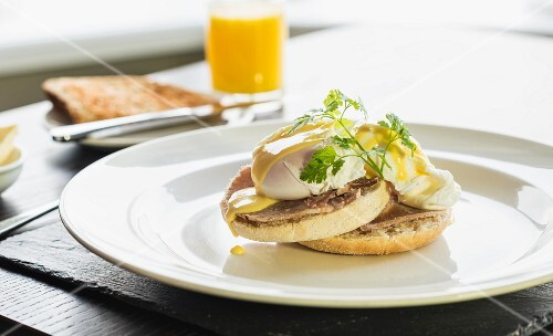 Toasted muffins with poached egg and Hollandaise sauce (Eggs Benedict)