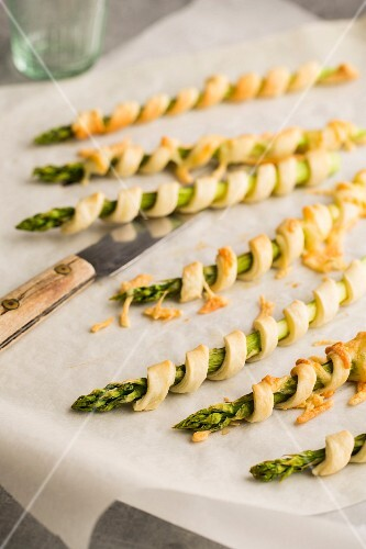 Asparagus wrapped in puff pastry with cheese