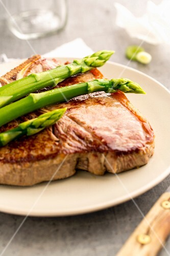 Beef steak with asparagus