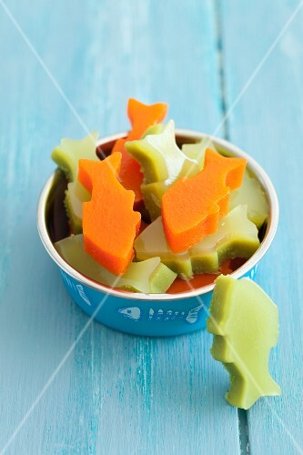 Cold treats for a cat: fish-shaped peas and carrot aspic