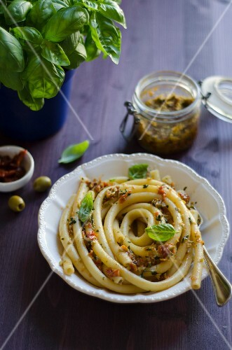 Ziti with spicy pesto made from dried tomatoes and green olives