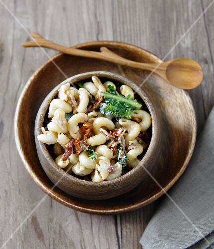 Macaroni salad with dried tomatoes, lettuce, bacon and shallots