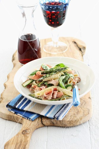 Penne pasta with asparagus and ham