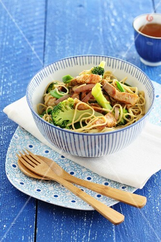 Egg noodles with broccoli and chicken (Asia)