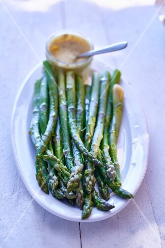 Green asparagus with sauce