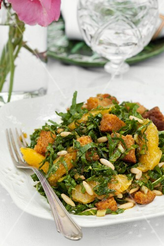 Spinach salad with pine nuts and oranges