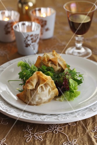 Crispy pastry parcels with salad
