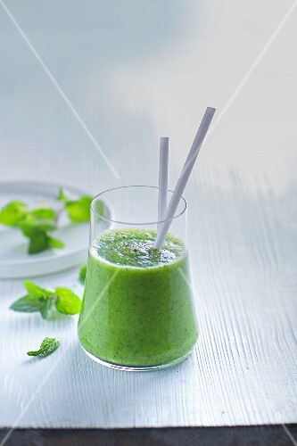 Herb and avocado smoothie with apples
