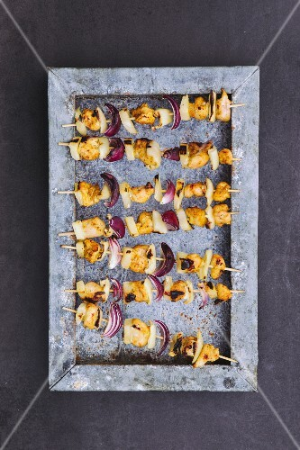 Grilled chicken skewers with pineapple and onions (seen from above)