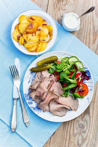 Roast beef with fried potatoes and remoulade