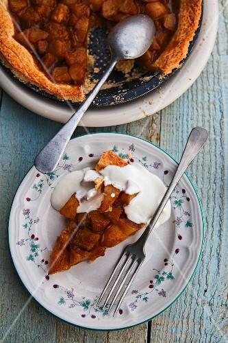 Pear tart with cream