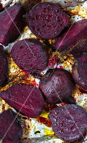 Oven-roasted beetroot with olive oil, balsamic vinegar and thyme