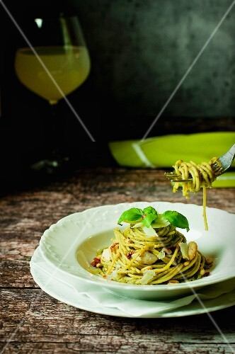 Spaghetti al pesto con carne di pollo (spaghetti with pesto and chicken, Italy)