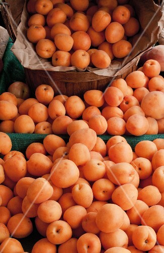 Apricots at a California farmers market