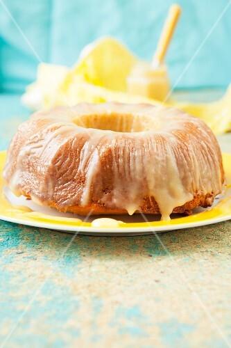 Yogurt semolina cake with lemon curd