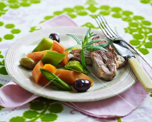 Lamb with carrots, leeks and olives