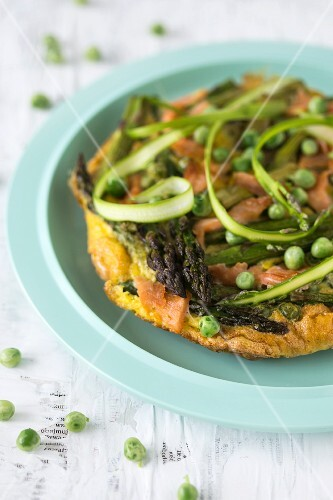 Frittata with asparagus, smoked salmon and peas