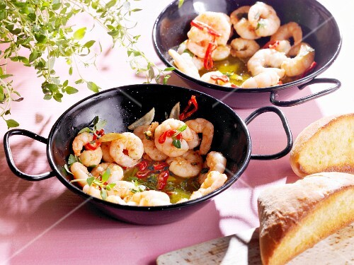 Fried prawns with chilli peppers and organic bread