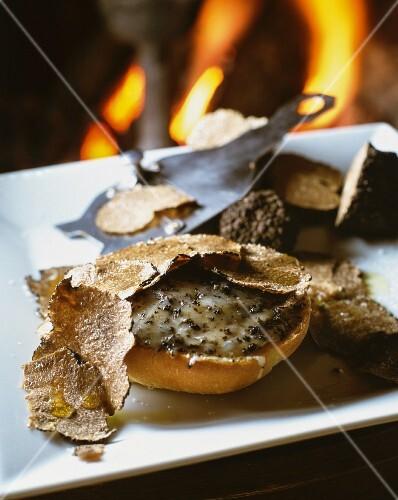 Gratinated truffle rolls
