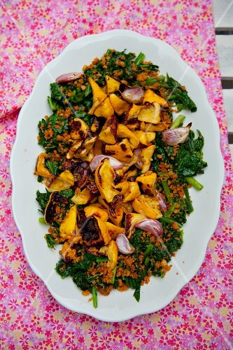 Spinach with fried pack pan squash, garlic and crispy crumbs