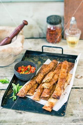 Filoteig-Röllchen mit Feta gefüllt und Paprika Dip