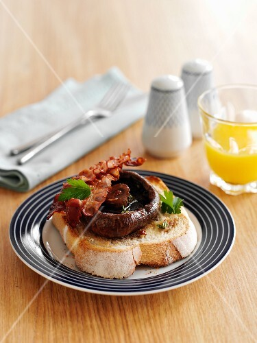 Toast with mushrooms, herbs and bacon