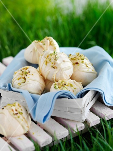 Meringue with pistachios in a basket for a picnic