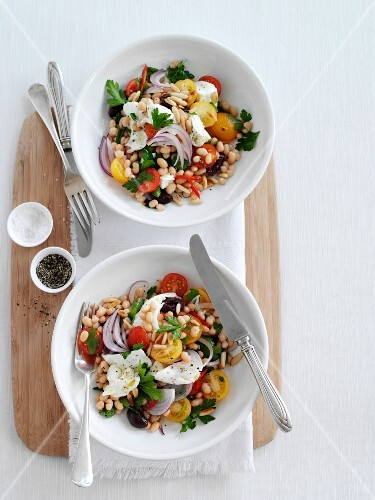 Bean salad with mozzarella, tomatoes, olives and onions (seen from above)