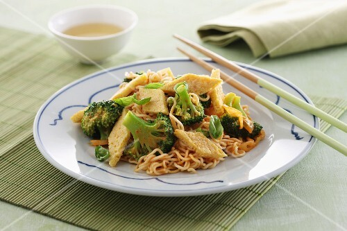 Egg noodles with broccoli and omelette (China)