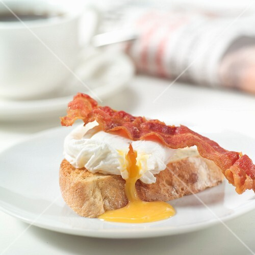 Poached egg and bacon on toast