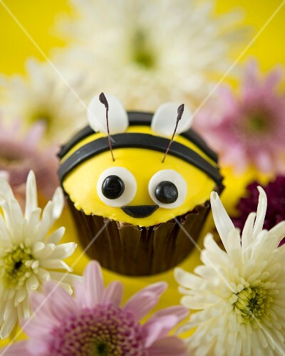 A bumble bee cupcake with flowers