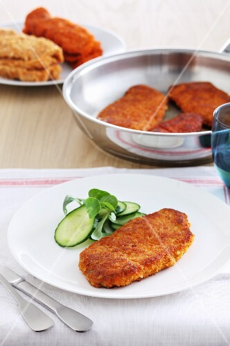 Breaded escalopes with cucumber salad