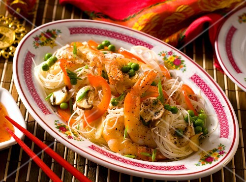 Rice noodles with prawns, mushrooms, peppers and peas (Asia)