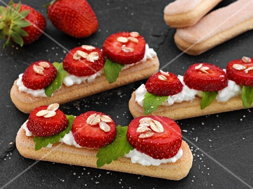 Sponge fingers with strawberries and oats