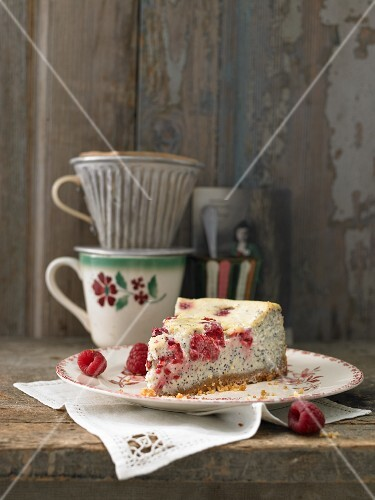 Cheesecake with poppy seeds, raspberries and white chocolate