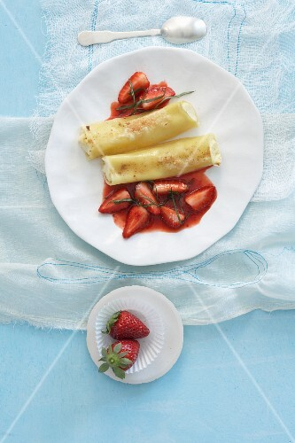 Cannelloni with cream cheese and strawberries