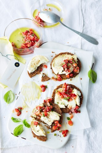 Pumpernickel with goat's cheese and strawberry salsa